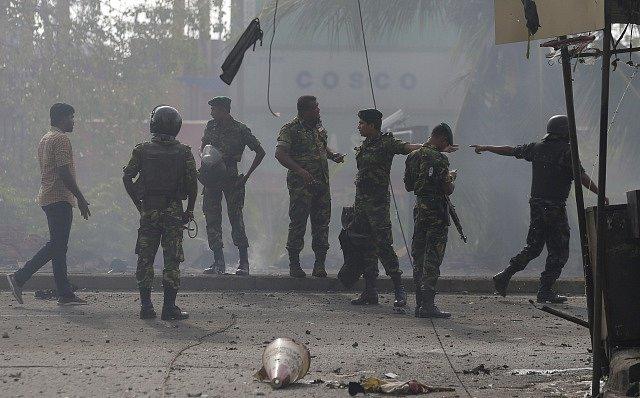 Vojáci a policisté na místě, kde v pondělí vybuchl automobil.