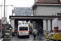 V areálu Fakultní nemocnice Bulovka porodila žena v sanitce, nemocnice ji odmítla přijmout s odkazem na stop-stav, sdělila mluvčí pražská záchranky Jiřina Ernestová s tím, že matka i novorozený chlapec jsou v pořádku.