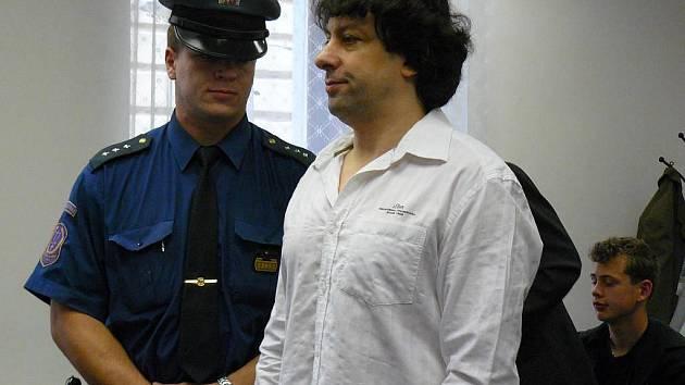 Vrchní soud v Praze poslal operního pěvce Roberta Šícha na deset let do vězení s ostrahou za pokus o vraždu kolegy. Potvrdil tak původní rozhodnutí Krajského soudu v Plzni, proti kterému se Šícho odvolal.