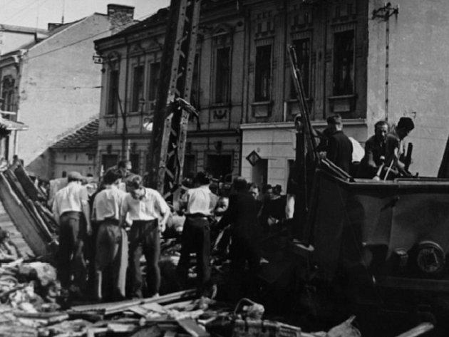 Mezi troskami dobrovolníci ani nepoznávali, co je krev a co šťáva z rozmačkaných lesních plodů. Tragédie je dosud nejhorší v historii městské dopravy v Čechách.