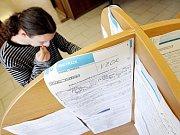 Listopad – Počet lidí bez práce se dostal na rekordně nízkou úroveň 4,9 procent.