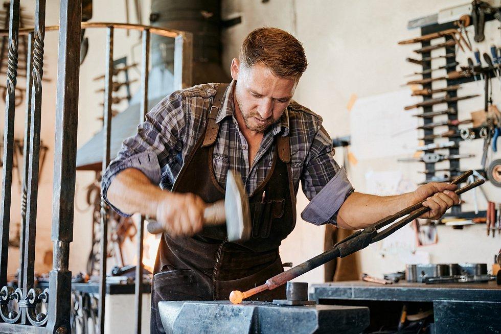 Petr Kuncl ve své umělecké kovárně na rodinné farmě Kunclův Mlýn. Při výrobě barokní brány ke kostelu v Kamýku nad Vltavou.