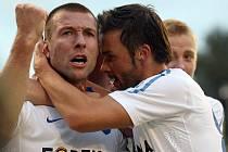 Benjamin Vomáčka (vlevo) oslavuje s Markem Jankulovskim gól do sítě Hradce.
