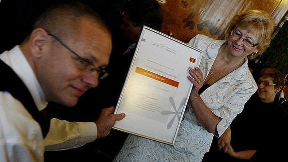 Starostka obce Oplany Vladislava Moravčíková přebírá šek na 100 000 korun pro svoji obec jako výhru v soutěži Poštovní spořitelna Starosta roku 2009, která se předávala 1. prosince v Praze.