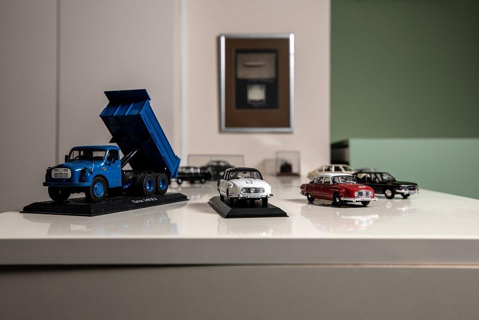 Alespoň malý model mi připomíná modrou tatrovku T 148, se kterou jsem v Angole začínal.