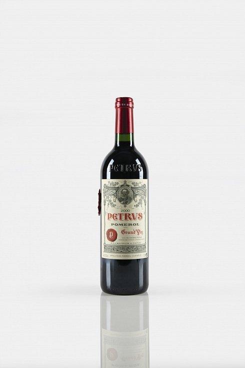 Lahev vína Pétrus 2000, která pobývala 14 měsíců na Mezinárodní vesmírné stanici, nyní nabízí aukční dům Christie's. Celkově takových lahví bylo v kosmu dvanáct, pouze jedna je ale prodejná.