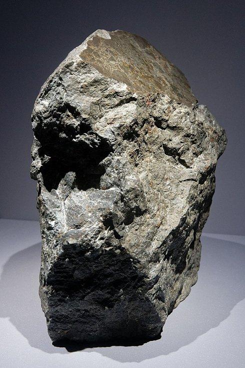 Fragment meteoritu o hmotnosti 8,3 kg, vystavený v expozici mineralogie a geologie francouzského Národního přírodovědného muzea v Paříži