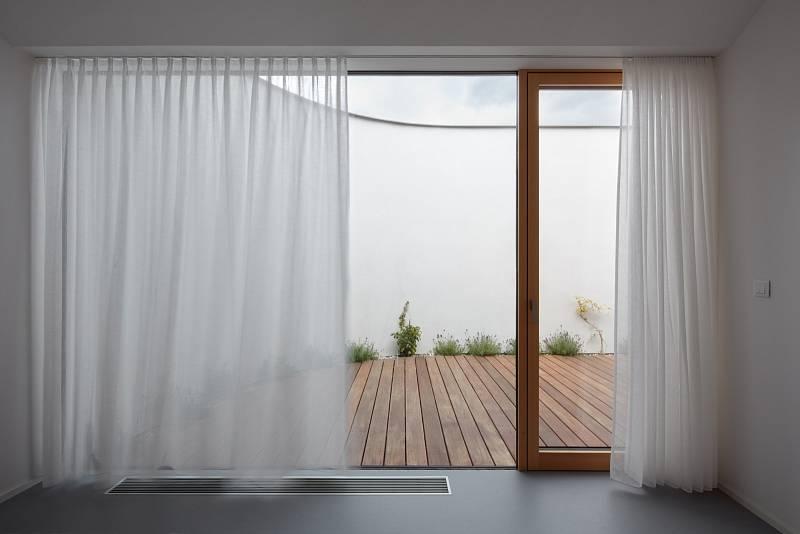 Maximální vzdušnost dodávají i velká bezrámová okna.