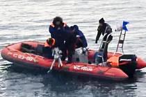 Potápěči našli část trupu havarovaného ruského letounu Tu-154