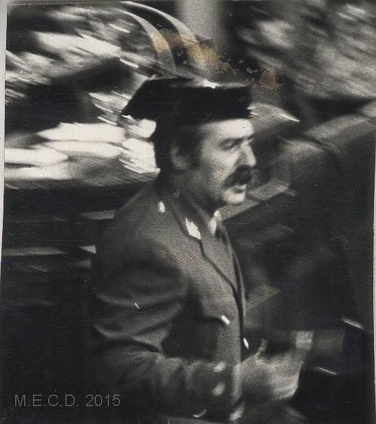 Podplukovník Antonio Terejo s pistolí v ruce během pokusu o puč 23. února 1981
