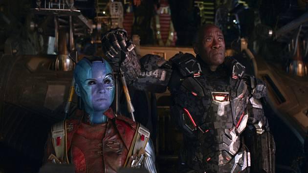 Avengers: Endgame - Na snímku Karen Gillanová (vlevo) a Don Cheadle.