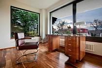 Jak se bydlelo za první republiky? Funkcionalistické vily a interiéry, které jsou symbolem tvarové jednoduchosti a střídmosti, inspirují dodnes. Sériová výroba pak udělala z nábytku produkt, který si mohli pořizovat i méně zámožní lidé.