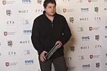Film režiséra Roberta Sedláčka Rodina je základ státu získal mnoho ocenění a míří pro další (na snímku režisér s cenou).