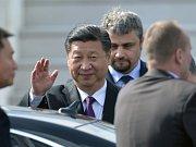 Čínský prezident Si Ťin-pching přiletěl 28. března do Prahy. Před terminálem Letiště Václava Havla ho přivítal ministr zahraničí Lubomír Zaorálek.