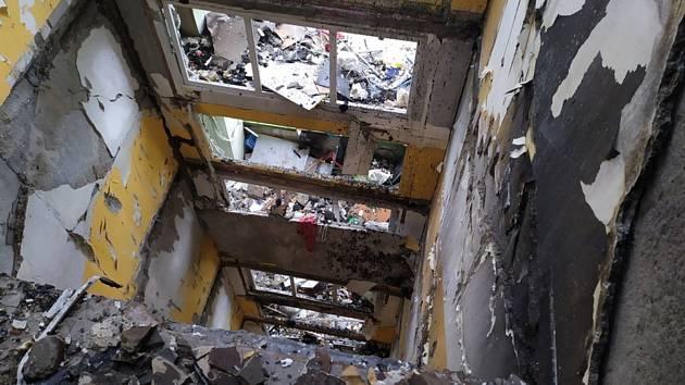 Poškozený panelový dům v Prešově na snímku ze 7. prosince 2019. Dvanáctipatrový dům 6. prosince poničil výbuch plynu a požár. Při neštěstí zemřelo nejméně sedm lidí
