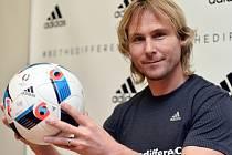 Pavel Nedvěd s míčem Beau Jeu pro fotbalové Euro 2016.