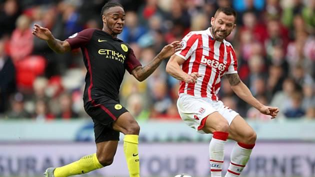 Raheem Sterling z Manchesteru City (vlevo) a Phil Bardsley ze Stoke.