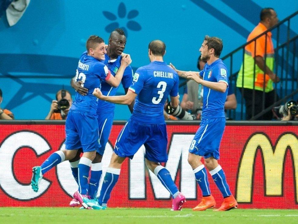 Fotbalisté Itálie se radují z vítězného gólu Maria Balotelliho (druhý zleva) proti Anglii.