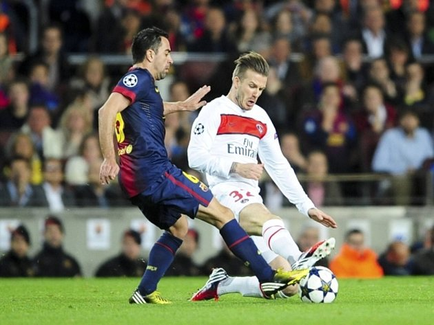 Xavi z Barcelony (vlevo) a David Beckham z Paris St. Germain.