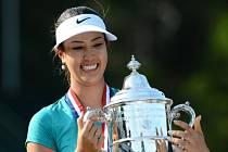 Golfistka Michelle Wieová s trofejí pro vítězku US Open.