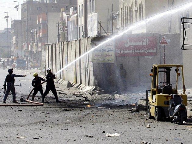 Hasiči v Iráku likvidovali požáry po několika pumových atentátech.