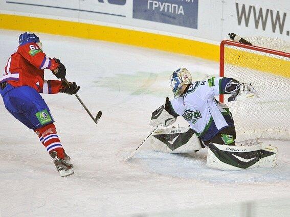 Erik Christensen z pražského Lva střílí gól Edgarsu Masalskisovi z Chanty-Mansijsku.