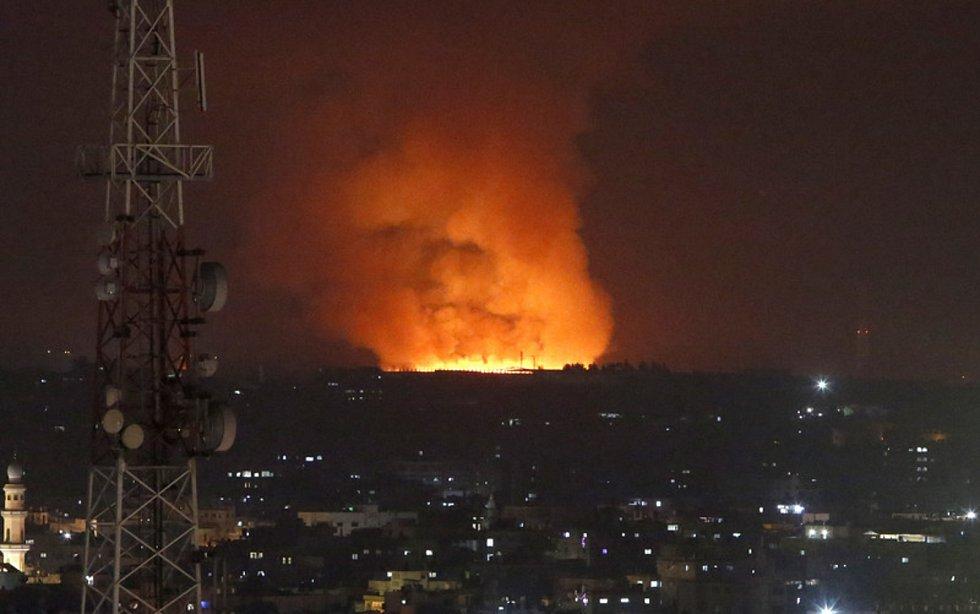 Oheň a kouř v Pásmu Gazy po útoku Izraele 10. května 2021