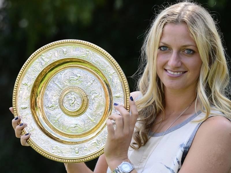 Petra Kvitová s trofejí pro vítězku Wimbledonu v roce 2014.