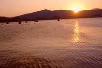 Západ slunce v Řecku u moře.