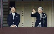 Japonský císař Akihito (vpravo) ve společnosti korunního prince