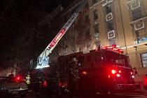 V Bronxu v New Yorku hořela pětipodlažní budova