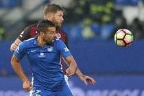 Milan Baroš z Liberce (v modrém) proti Spartě.