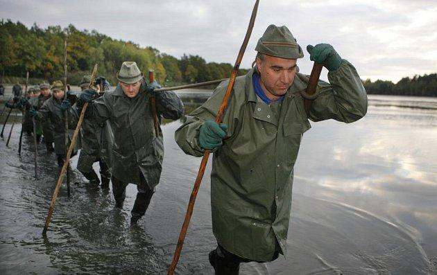 Výlov rybníka Ponědražský u Lomnice nad Lužnicí. Rybáři tak symbolicky zahájili výlovy velkých rybníků na podzim.