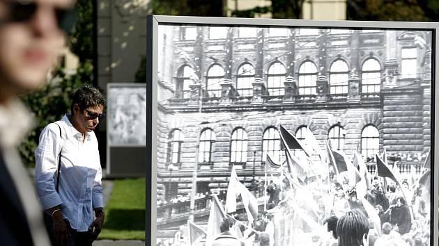 """Premiér Mirek Topolánek slavnostně zahájil výstavu věnovanou 40. výročí srpnových událostí """"Za vaši a naši svobodu"""" a zpřístupnil veřejnosti zahradu sídla české vlády (Strakova akademie). Součástí vernisáže výstavy bylo také setkání s bojovníky okupace."""