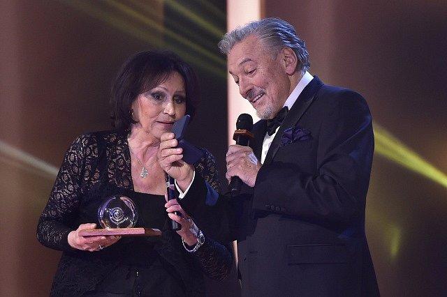 Zpěvačka Marta Kubišová, která nedávno ukončila kariéru, získala 25. listopadu v Praze mimořádnou cenu Slavíka pro výjimečnou osobnost. Cenu jí předal Karel Gott, který vyhrál v kategorii Zpěvák už po dvaačtyřicáté.