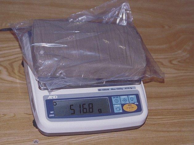Téměř čtyři kilogramy heroinu zajistili detektivové Národní protidrogové centrály u dvou občanů bývalé Jugoslávie. Muže zatkli na parkovišti před nákupním centrem na sídlišti Chodov. Další člen gangu byl dopaden v hotelu taktéž na Chodově.