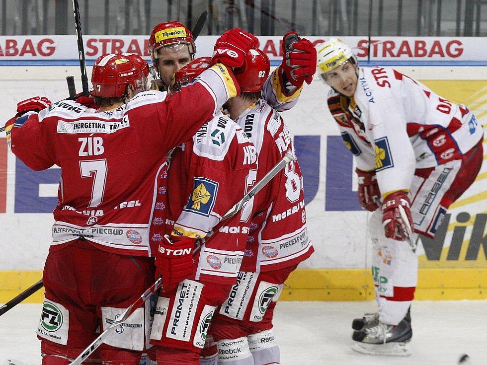 Hokejisté Třince se radují z gólu v zápase proti Slavii.