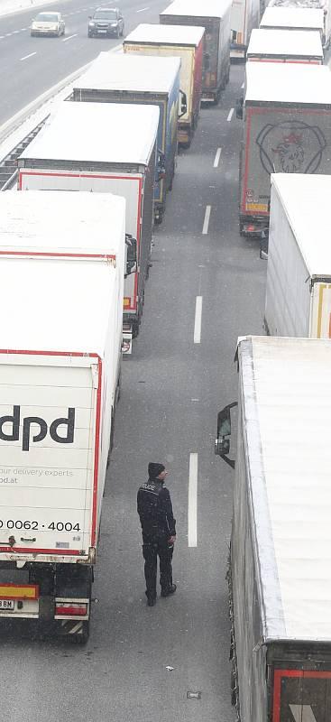 Hranice do Německa jsou od nedělní půlnoci uzavřené projede jen někdo, na dálnici D8 stojí stovky kamionů.
