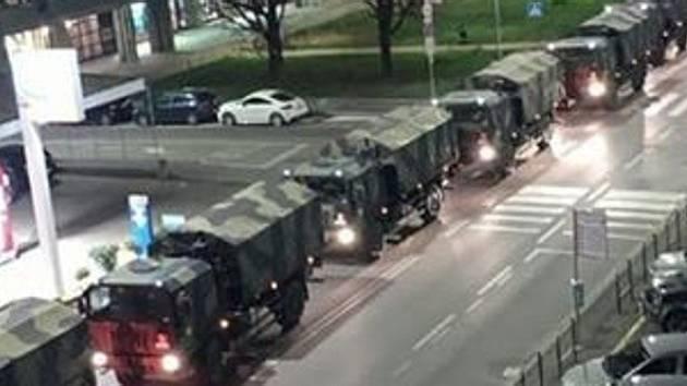 S odvozem mrtvých těl pomáhá v Itálii armáda.