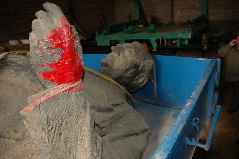 Krátce po sametové revoluci v roce 1989 natřeli místní soše Klementa Gottwalda v Blansku ruce červenou barvou