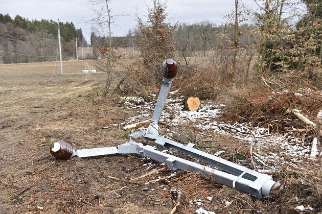 Vedení poškozené silným větrem. Ilustrační foto.