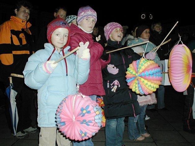 Lampionový průvod ocenily zejména děti. Starší ročníky s úsměvem vzpomínali na povinné průvody v rámci socialistických oslav.
