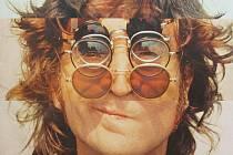 LENNONKY. Takhle John kouzlil se svými slavnými brýlemi při focení na album Wall And Bridges.