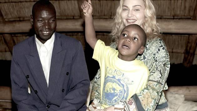 Madonna s adoptivním synem Davidem Bandou a jeho biologickým otcem Yohanem Bandou.