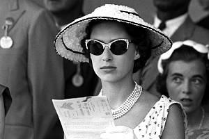 Byly jako oheň a voda. Alžběta II. se vždy těšila pozornosti, Margaret stála v pozadí. Dokument BBC se věnuje právě jí a je na co se dívat.