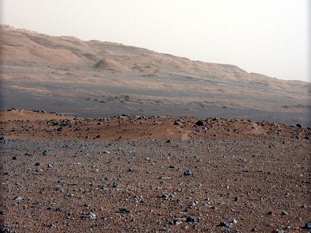 První barevné snímky s vysokým rozlišením, které z Marsu poslalo výzkumné vozidlo Curiosity.