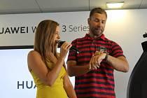 Martin Šonka a Inna Puhajková při slavnostním představení chytrých hodinek Huawei Watch 3.