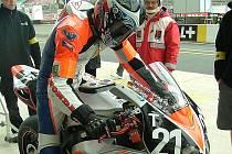 Tomáš Mikšovský na své Hondě v boxech v Le Mans.