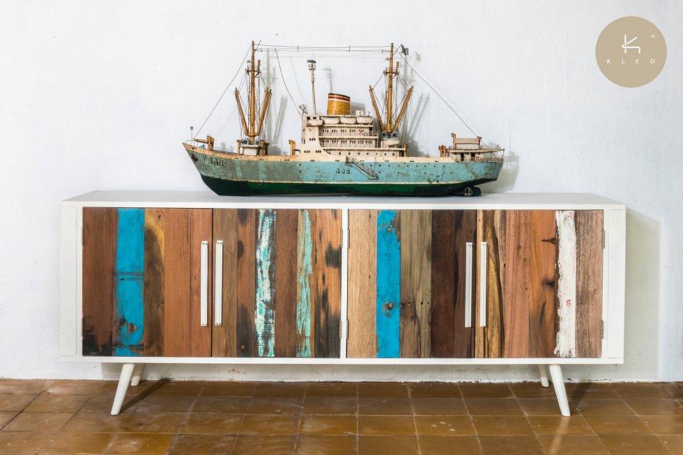 Moderní industriální vzhled nábytku je výsledkem fúze minimalismu ocelových rámů s rustikálním lodním dřevem.