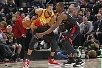 Basketbalista Utahu Jazz Rudy Gobert (vlevo) a hráč Toronta Raptors Serge Ibaka v utkání NBA